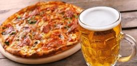 یک لیوان آبجو در کنار پیتزا